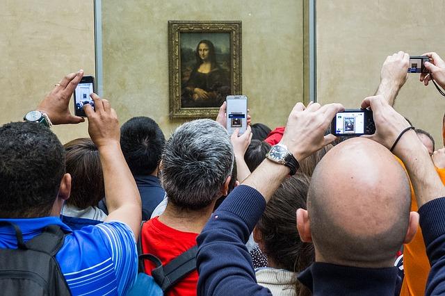 Visitors in front of the Leonardo da Vinci Gioconda
